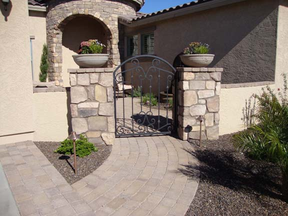 courtyar_paver_patio_gate480_390_4477