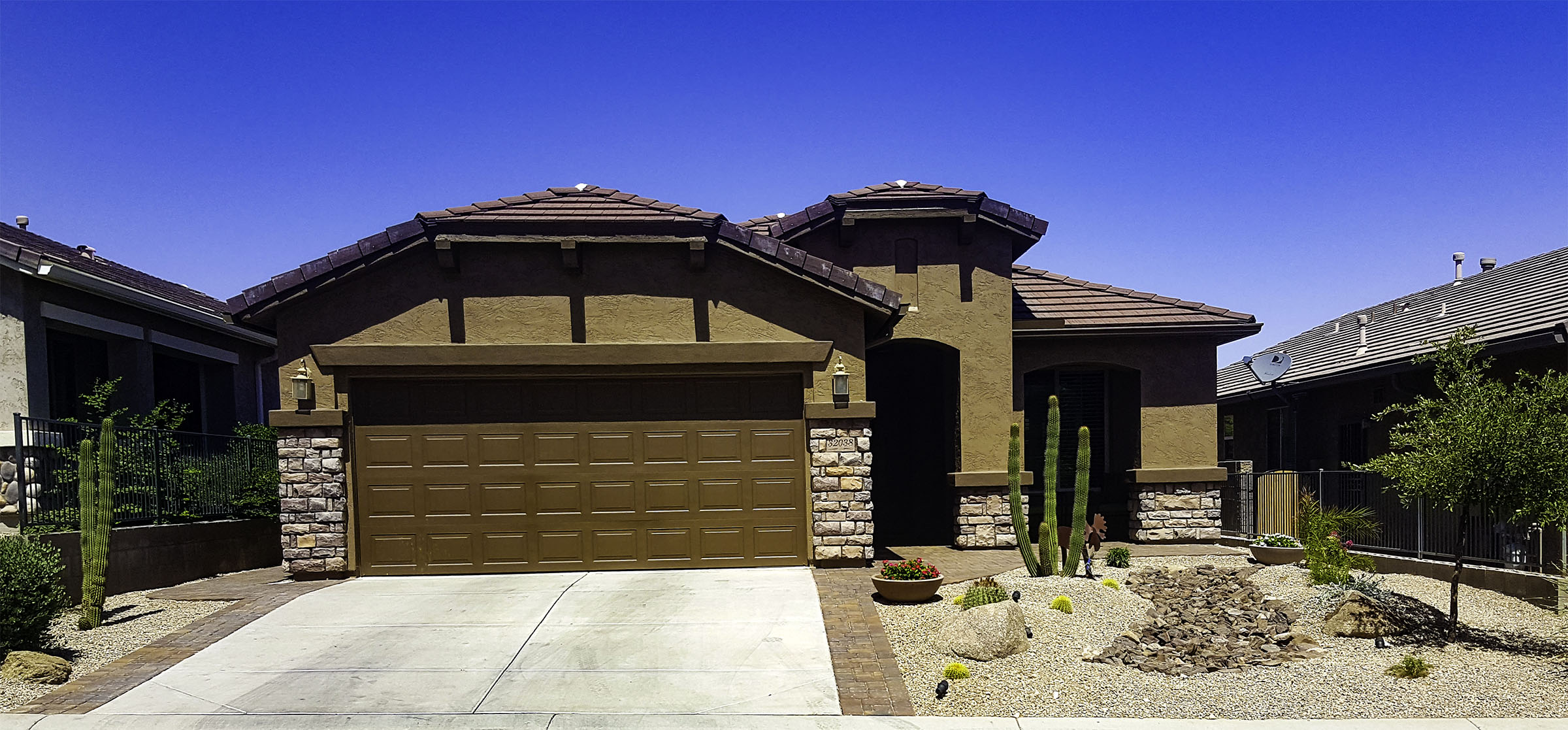 Arizona desert landscape design with riverbeds, rock, plants on Best Yard Design id=40702